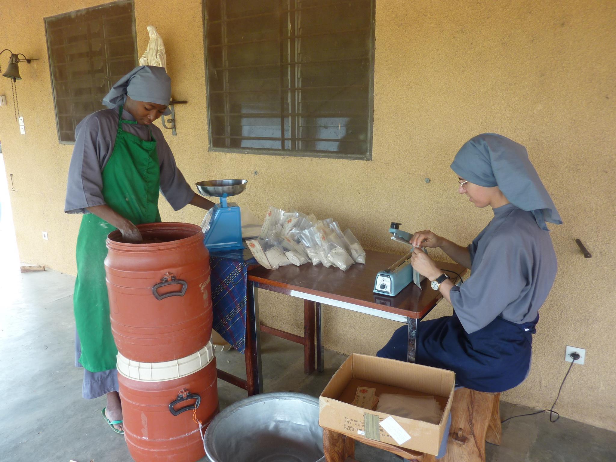 Bénin : Un bâtiment et des silos à grains pour la production de farine des bénédictines