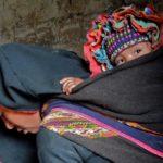 Mission apurimac femme avec son enfant sur le dos