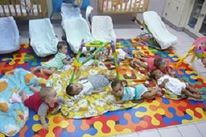Bébés d'environs 6 mois abandonnés qui grandissent dans la crèche des sœurs de la Charité