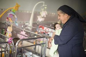 Sœur Denise dans le dortoir de la crèche des bébés abandonnés