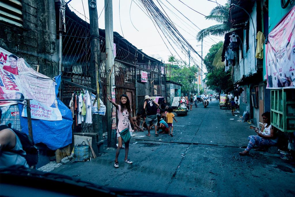 Photo d'une femme à Manille dans une rue très pauvre