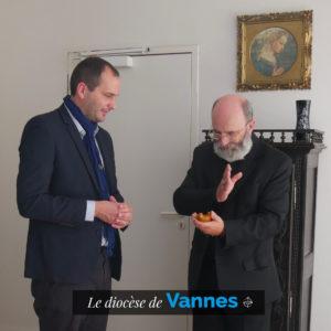 Bénédiction d'une statuette par Monseigneur Centène