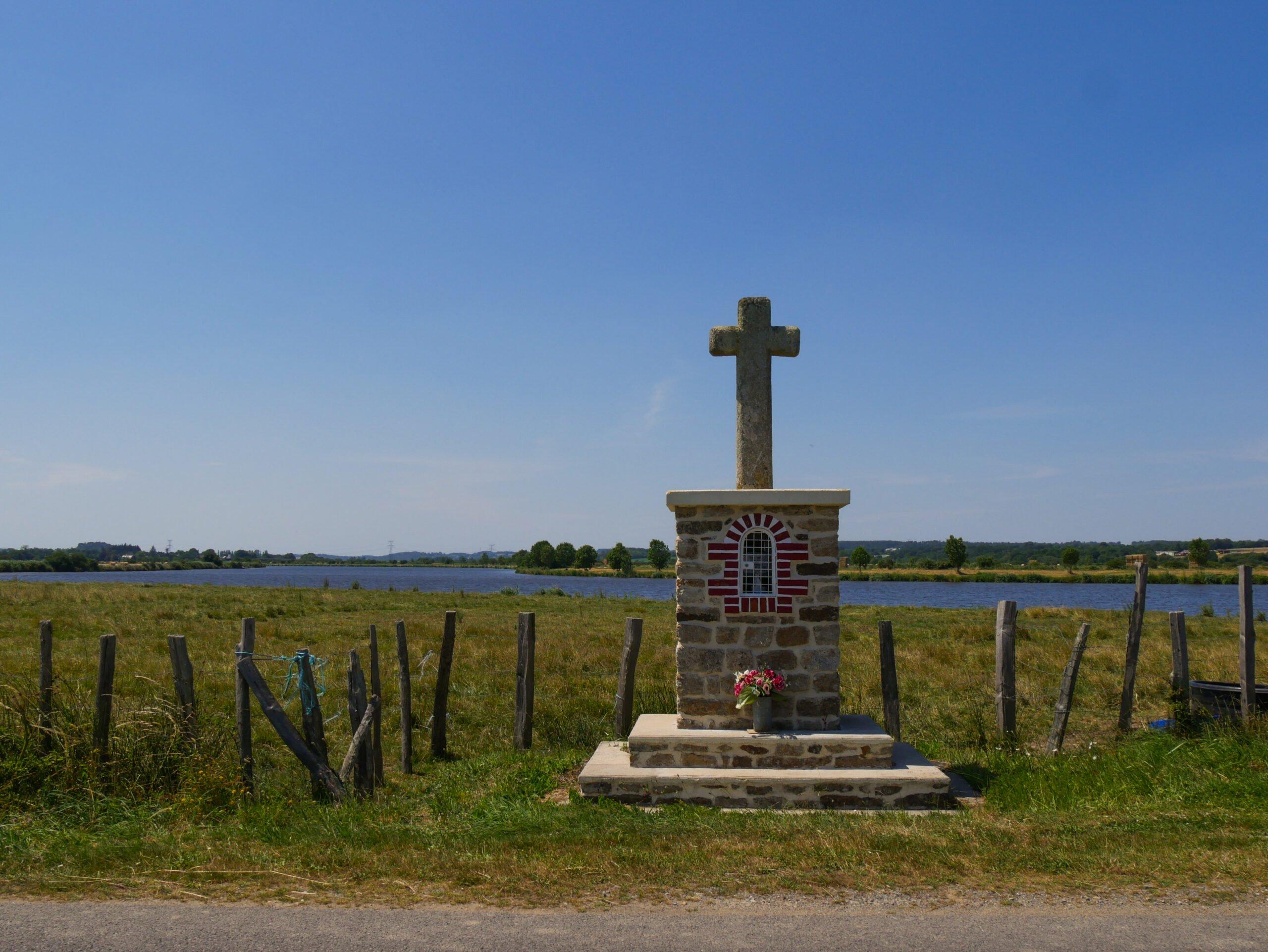 Read more about the article P. Esnault : «Fleurir nos croix : plus qu'une décoration de calvaire, c'est une œuvre spirituelle et missionnaire»